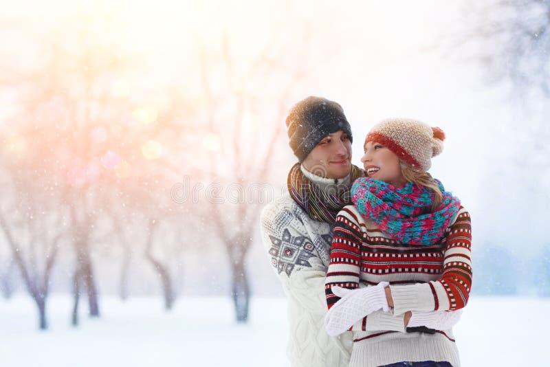 De winterpaar Gelukkig paar dat pret heeft in openlucht sneeuw De vakantie van de winter openlucht stock afbeelding