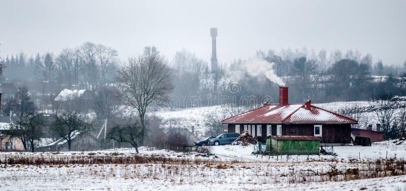 De winterpanorama, Litouws platteland stock afbeelding
