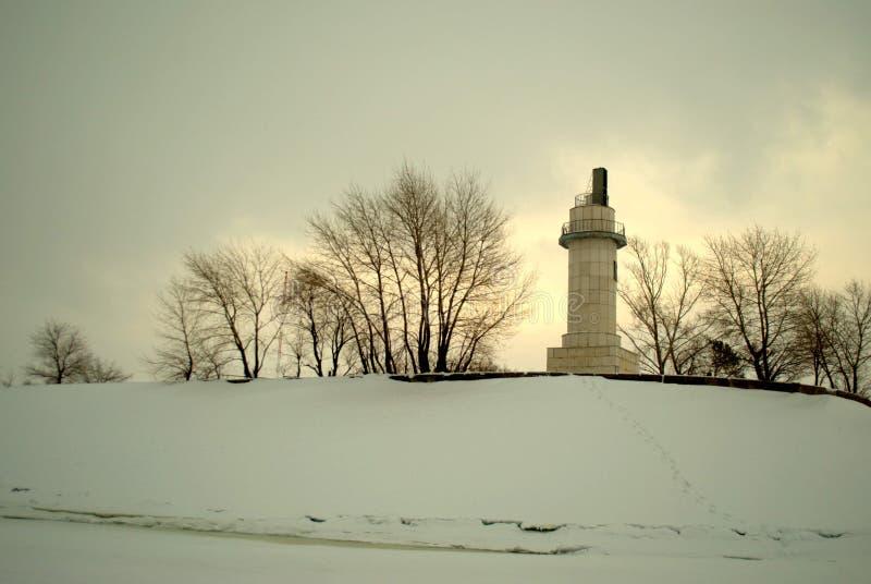 De winterpanorama met een mening van het oude verlaten weerstation op de Volga Rivier dichtbij de hydro-elektrische post van Zhig stock fotografie