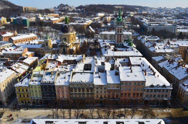 De winterpanorama van Lviv door sneeuw, de Oekraïne wordt behandeld die Lviv Lvov, de Oostelijke Oekraïne - de mening van de stad royalty-vrije stock foto