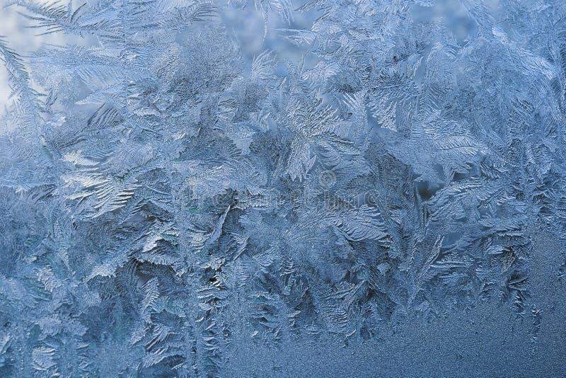 De winterpatroon van ijskristallen op glas royalty-vrije stock foto