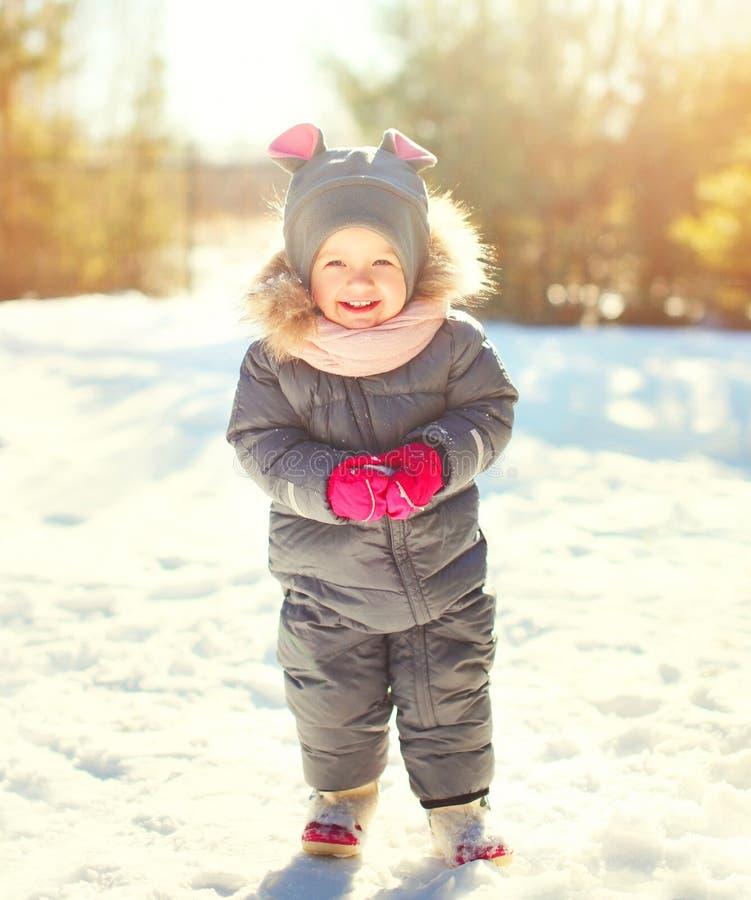 De winterportret het grappige het glimlachen kind spelen royalty-vrije stock foto