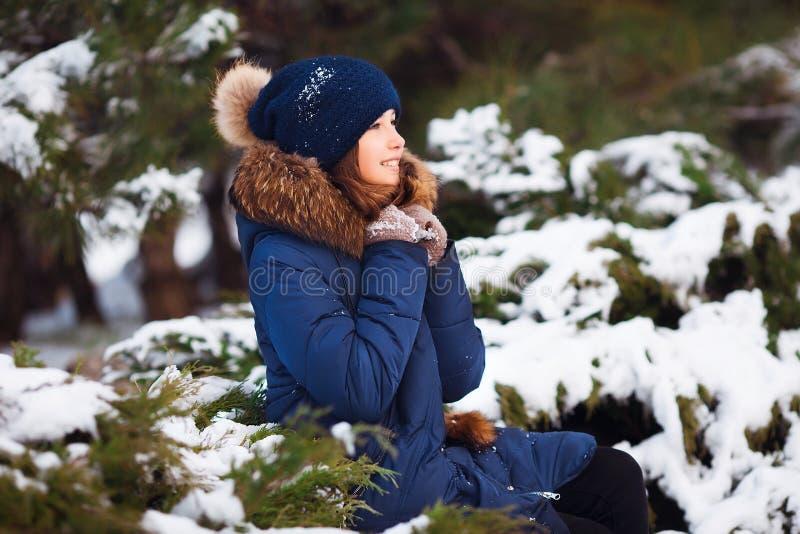 De winterportret van aanbiddelijk gelukkig kindmeisje die in warme kleren met sneeuw spelen stock afbeelding