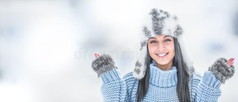 De winterportret van aantrekkelijke jonge vrouw in warme kleding stock foto