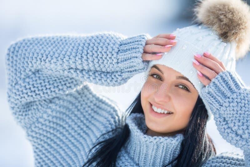 De winterportret van aantrekkelijke jonge vrouw in warme kleding royalty-vrije stock foto's