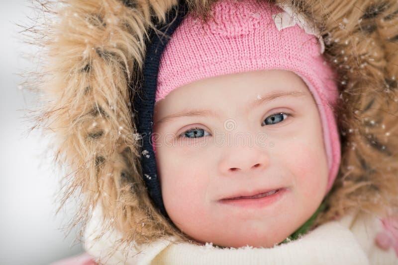 De winterportret van een meisje met Benedensyndroom royalty-vrije stock afbeelding