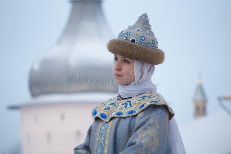 De winterportret van een meisje in uitstekende kleren stock afbeeldingen