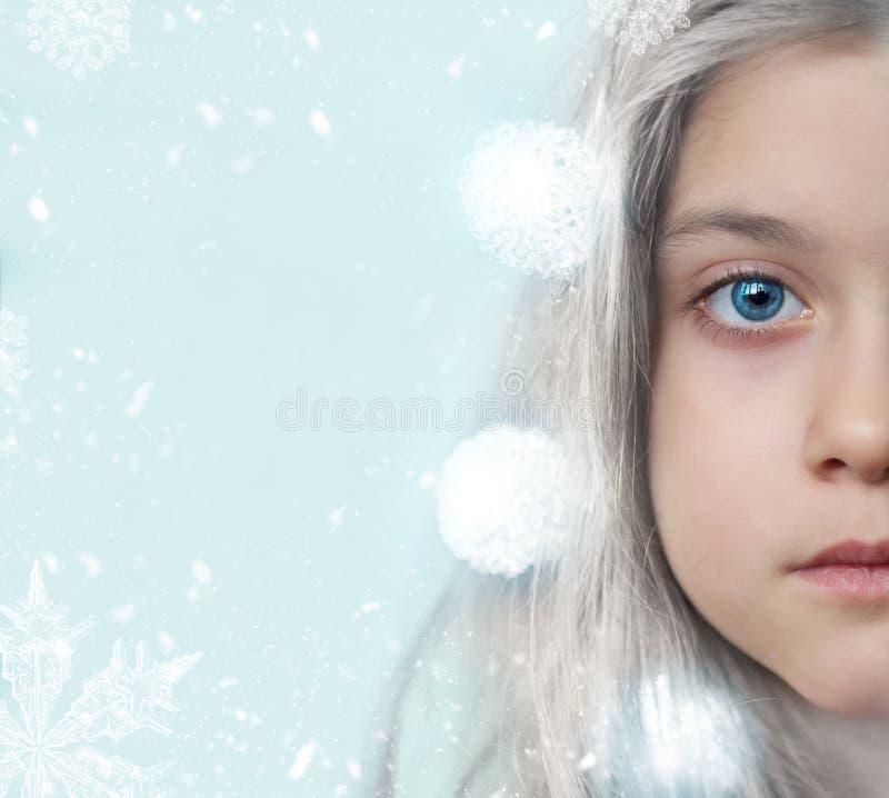 De winterportret van een mooi meisje, met exemplaarruimte en sneeuwvlokken stock afbeeldingen