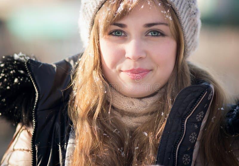 De winterportret van een vrouw in een gebreide hoed royalty-vrije stock foto's