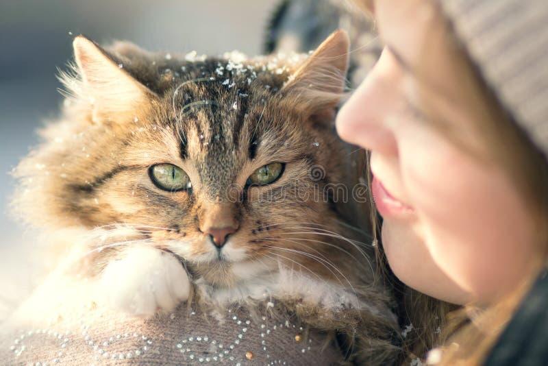 De winterportret van een vrouw met een kat royalty-vrije stock afbeeldingen