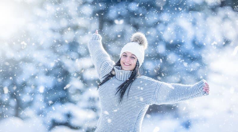De winterportret van gelukkige aantrekkelijke jonge vrouw in warme kleding stock afbeelding