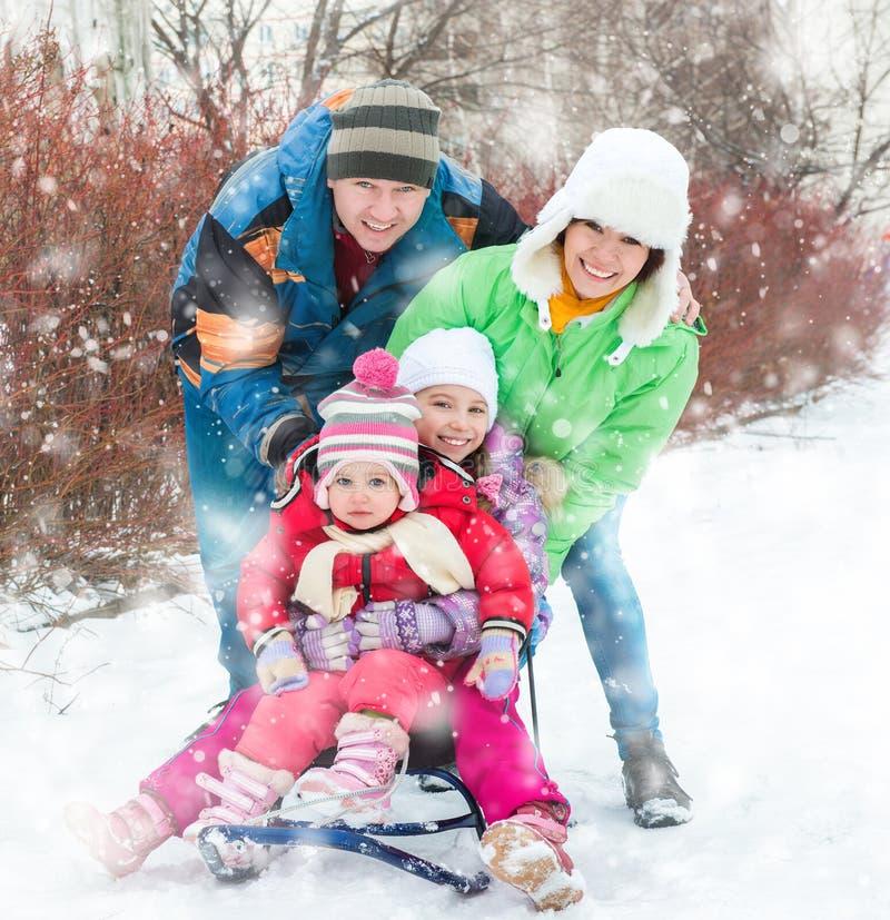 De winterportret van gelukkige jonge familie royalty-vrije stock foto's