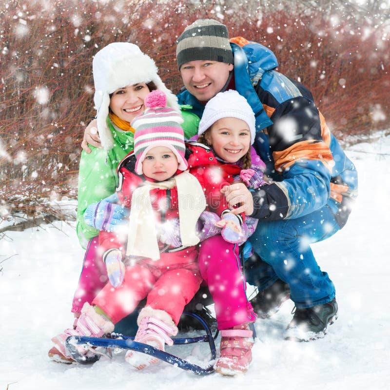 De winterportret van gelukkige jonge familie royalty-vrije stock afbeelding