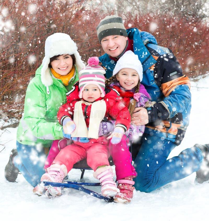 De winterportret van gelukkige jonge familie royalty-vrije stock afbeeldingen