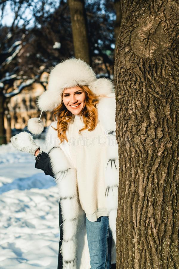 De winterportret van gelukkige vrouw met sneeuwbal openlucht royalty-vrije stock foto