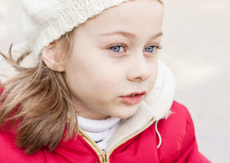 De winterportret van klein Kaukasisch meisje openlucht stock afbeelding