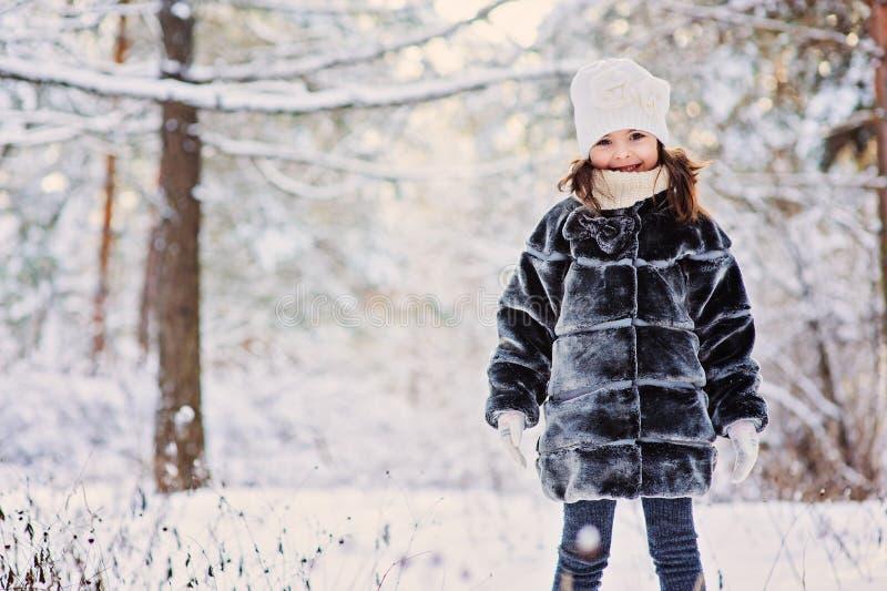 De winterportret van leuk gelukkig kindmeisje in grijze bontjas royalty-vrije stock foto's