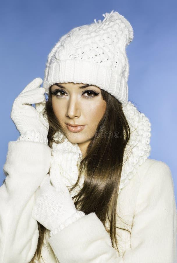De winterportret van mooi jong meisje met warme toevallige stijl royalty-vrije stock afbeeldingen