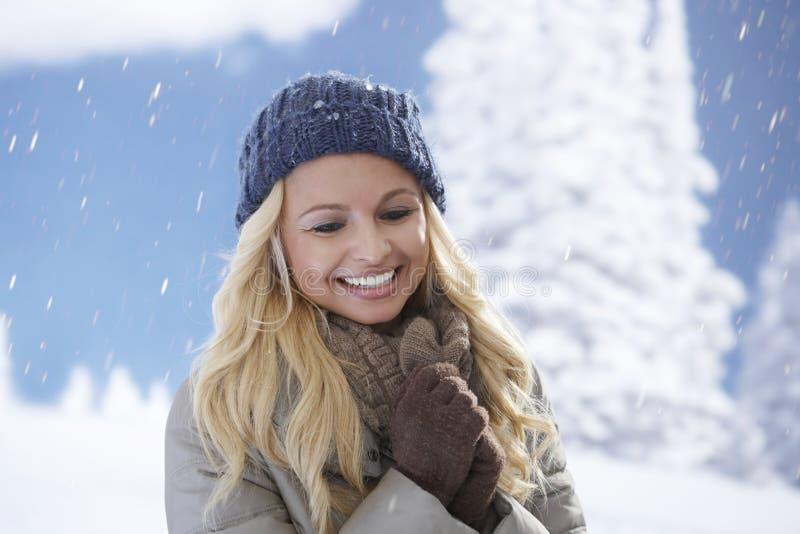 De winterportret van mooie blondevrouw stock foto's