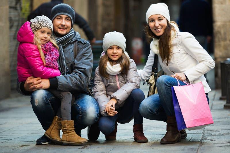 De winterportret van vrolijke volwassenen met dochters Nadruk op meisje royalty-vrije stock afbeeldingen