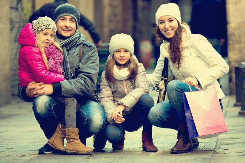 De winterportret van vrolijke volwassenen met dochters Nadruk op meisje stock foto's