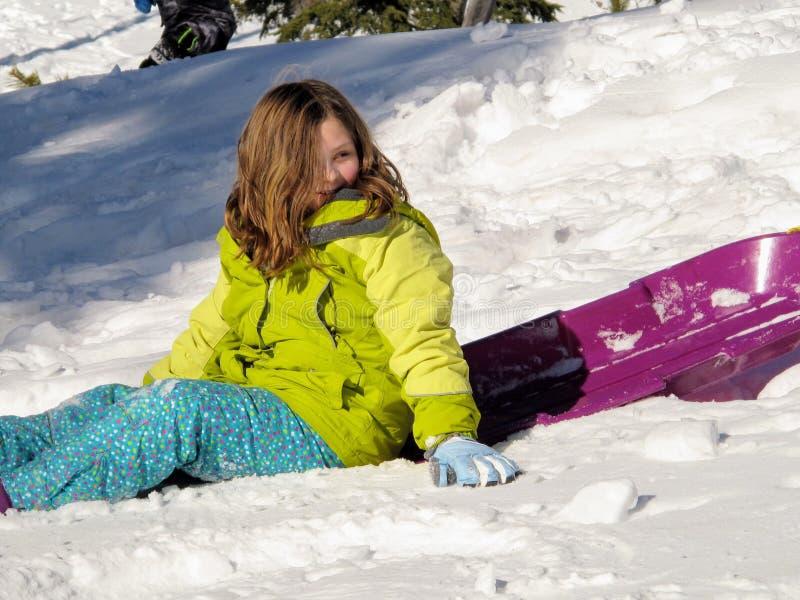 De winterpret in de koude sneeuw royalty-vrije stock afbeelding