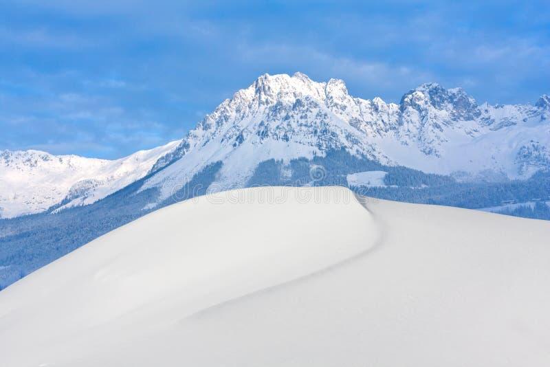 De winterscène in Alpen stock afbeeldingen