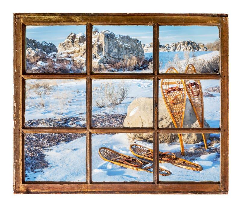 De winterscène met oude sneeuwschoenen stock afbeelding