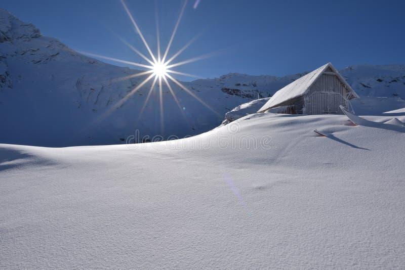 De winterscène in Roemenië, mooi landschap van Fagaras-bergen, Balea-lak stock afbeeldingen