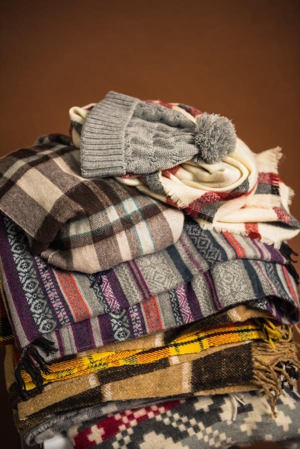 De wintersjaals met dekens en hoed royalty-vrije stock afbeelding
