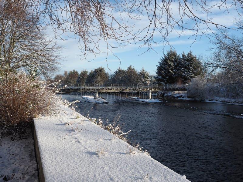 De wintersmening van de Merryton-voetgangersbrug in Nairn royalty-vrije stock afbeelding