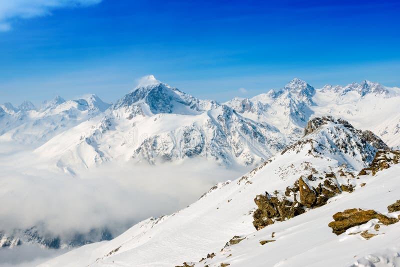 de wintersneeuw behandelde pieken van Dombaj-berg stock fotografie