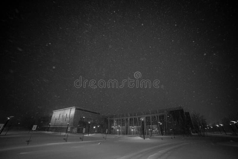 De wintersneeuw die in Kerkparkeerterrein vallen stock afbeelding