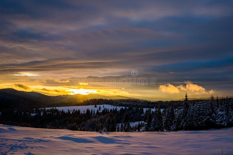 De wintersprookjesland in Roemenië royalty-vrije stock foto