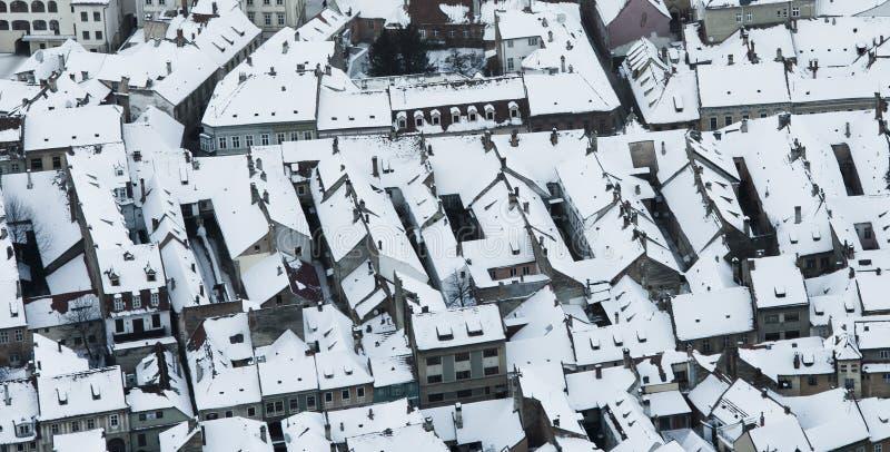 De winterstad, luchtmening Brasov stock afbeelding