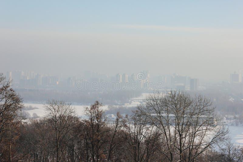 De winterstad op de bevroren rivier royalty-vrije stock afbeeldingen