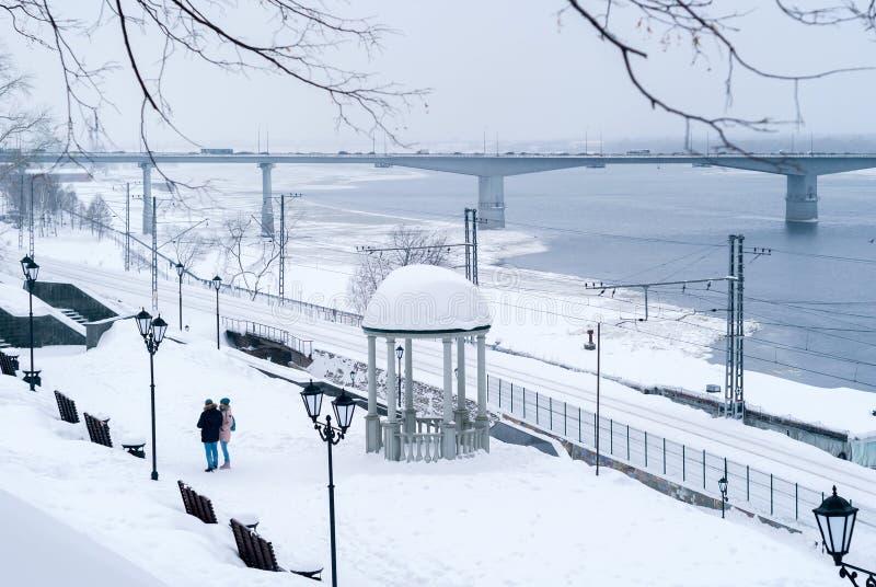 De wintersteeg op de rivierbank royalty-vrije stock fotografie