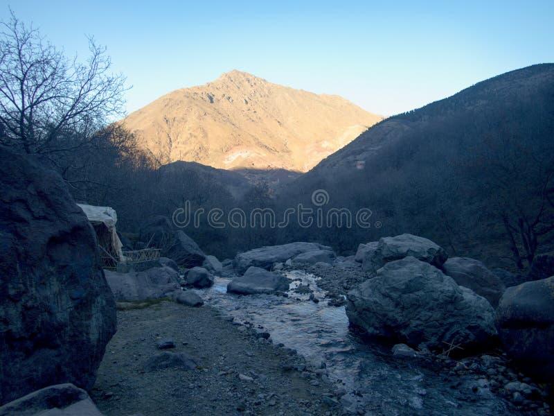 De winterstijgen van Jebeltoubkal in hoge atlasbergen in Marokko stock afbeelding