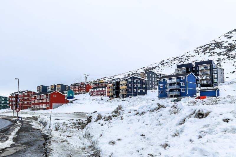 De winterstraat en rij van kleurrijke Inuit-huizen op de helling van s stock foto's