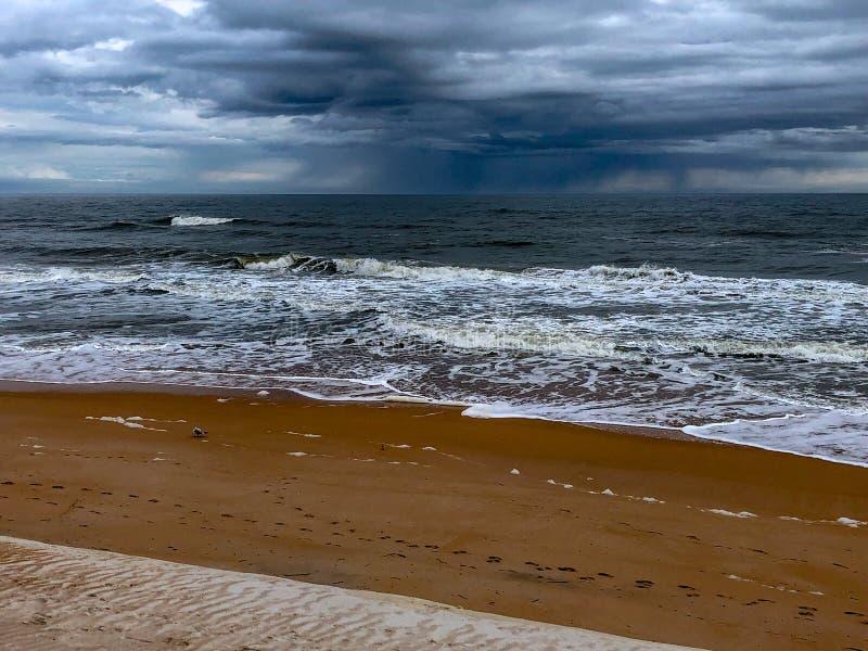 De winterstrand met Onweer op Horizon royalty-vrije stock fotografie