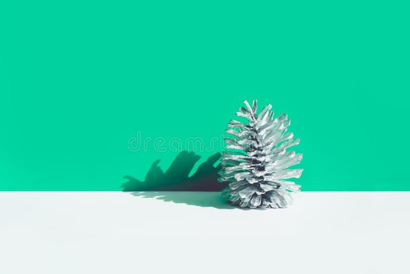 De wintertijd, Kerstmis viert conceptenideeën met zilveren denneappel royalty-vrije stock afbeeldingen