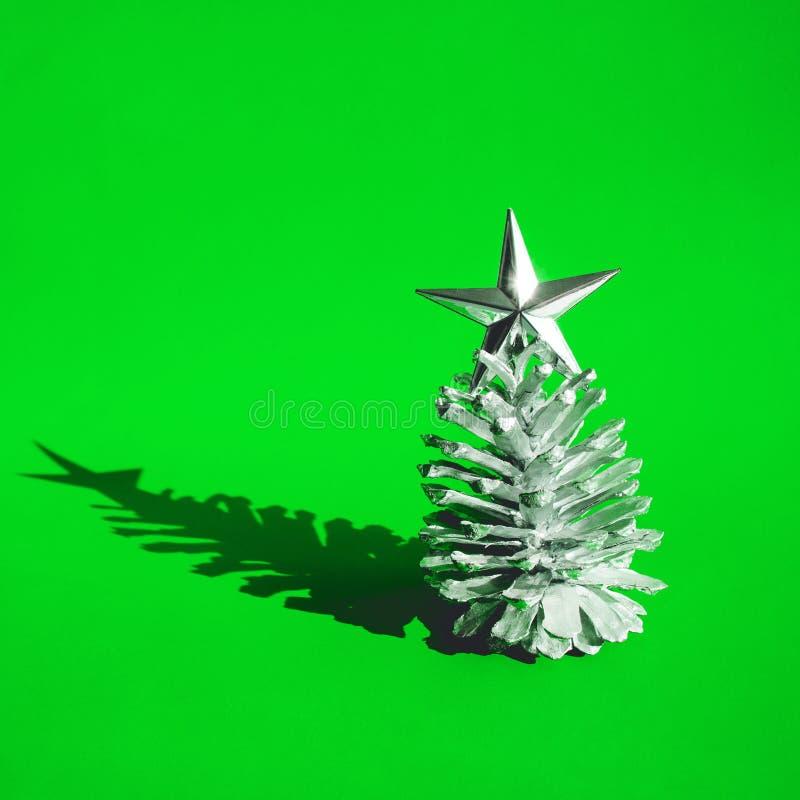 De wintertijd, Kerstmis viert conceptenideeën met zilveren denneappel stock fotografie