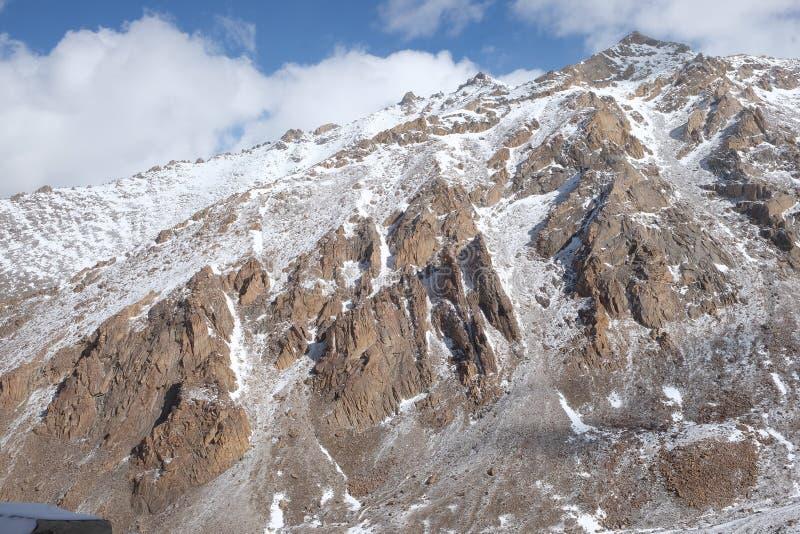 De wintertijdberg in Leh was het kapitaal van het Himalayan-koninkrijk van Ladakh, nu het Leh-district in de Indische staat van J stock foto's
