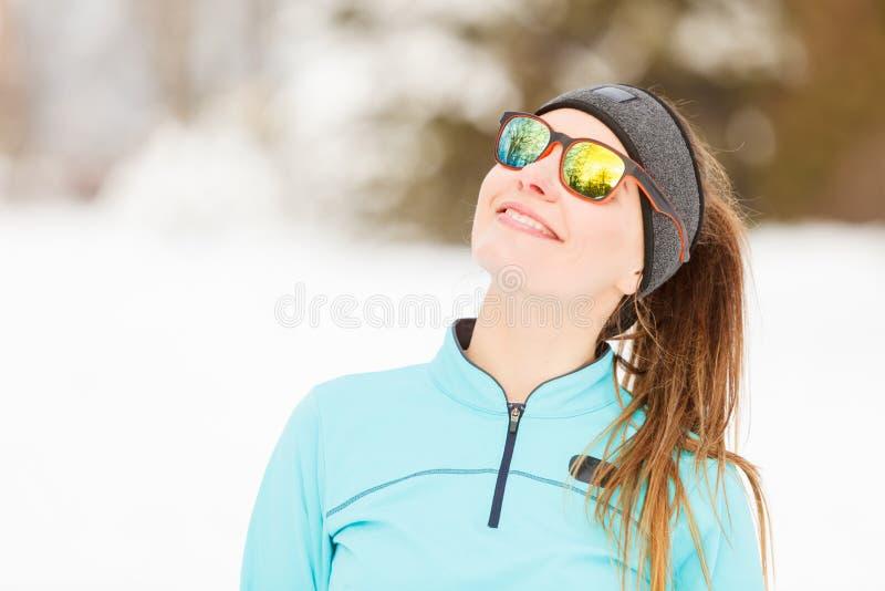 De wintertraining Meisje die sportkleding en zonnebril dragen royalty-vrije stock afbeelding