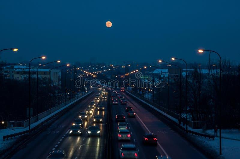 De wintervolle maan op de donkere hemel stock fotografie
