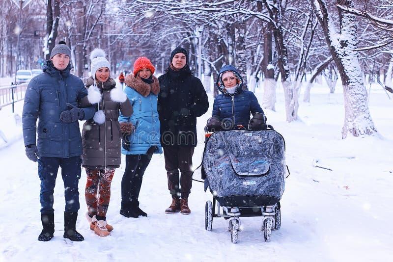 In de de wintervrienden met een wandelwagen stock fotografie
