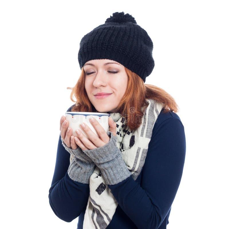 De wintervrouw die van hete drank genieten royalty-vrije stock foto's