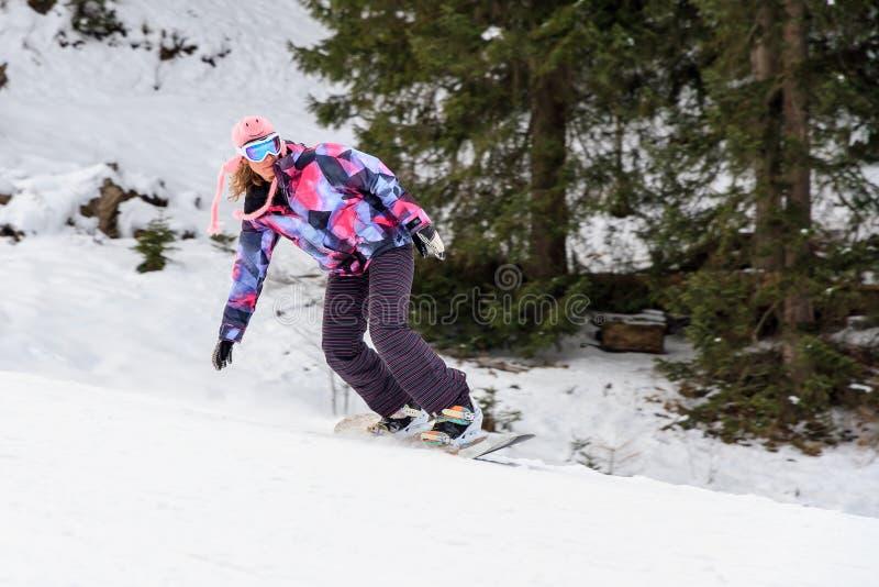 De wintervrouw het snowboarding stock afbeeldingen