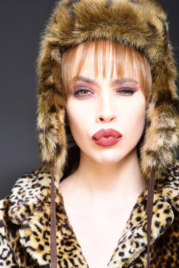 De wintervrouw in Luxebontjas en Hoed Schoonheidsmannequin Girl in Luipaardbontjas Perfecte Make-up Mooie Luxe stock foto