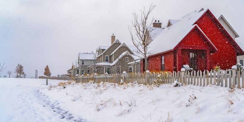 De winterweer met sleep die op de sneeuw naar de huizen in Dageraad wordt gestempeld royalty-vrije stock foto's